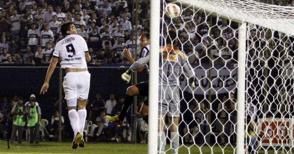 17.07.2013 - Victor e Alecsandro, do Atlético-MG, se atrapalham e Olímpia marca o segundo gol na vitória por 2 a 0 no Paraguai