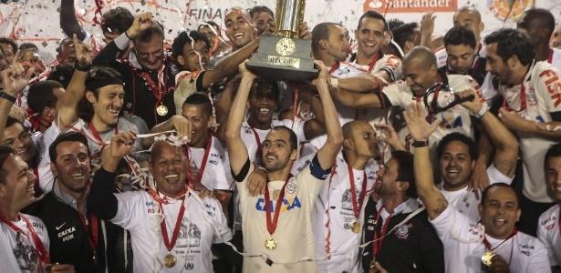 17.jul.2013 - Danilo levanta a taça de campeão da Recopa após a vitória do Corinthians sobre o São Paulo