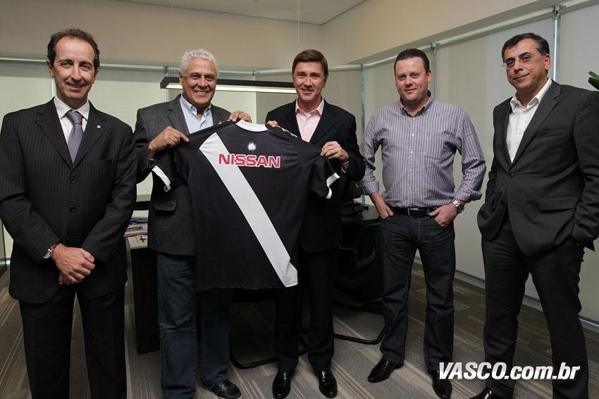 Roberto Dinamite exibe camisa do Vasco com patrocínio da montadora Nissan (19/07/2013)