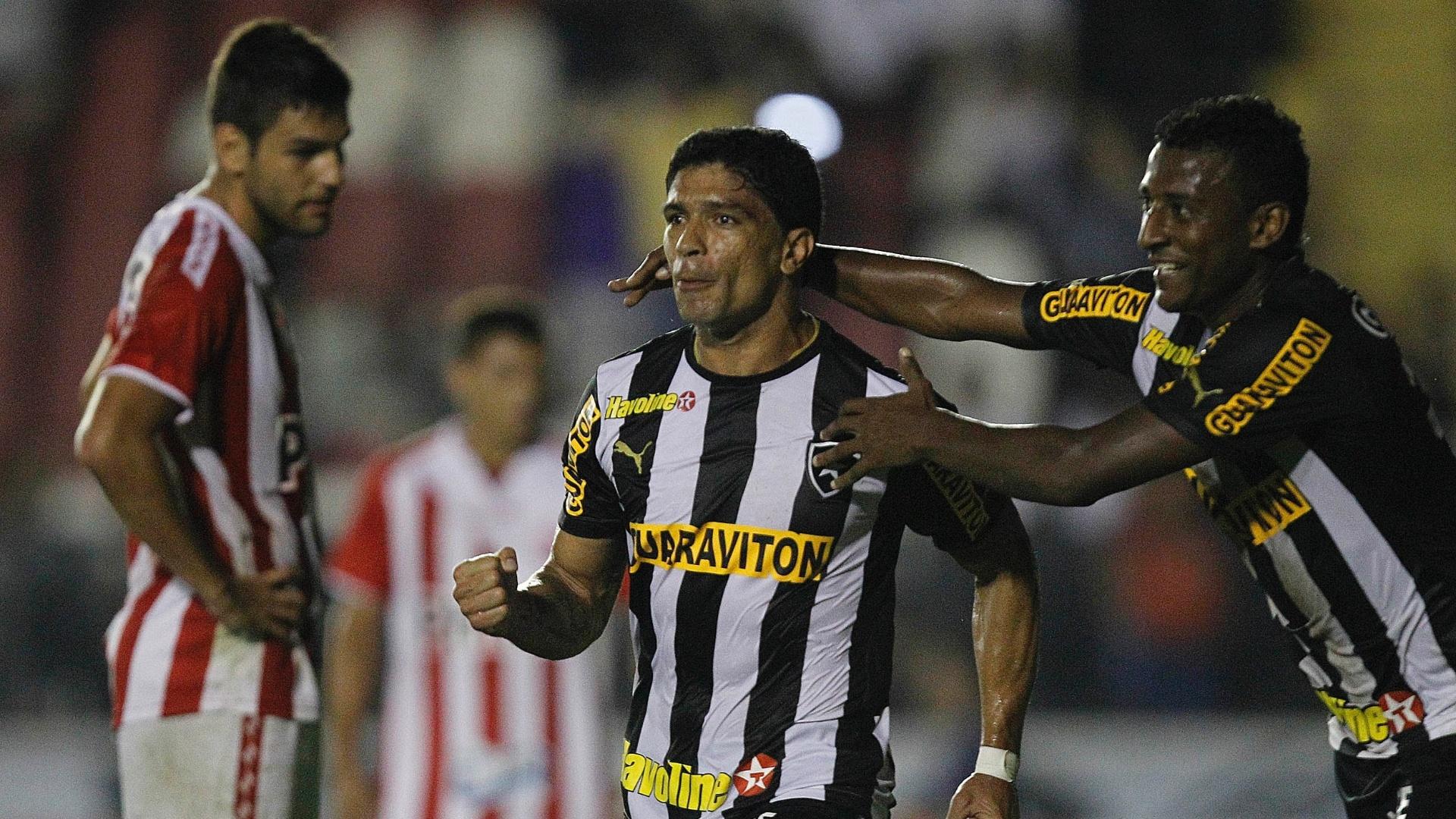 20.07.2013 - Renato, volante do Botafogo, comemora segundo gol da equipe contra o Náutico