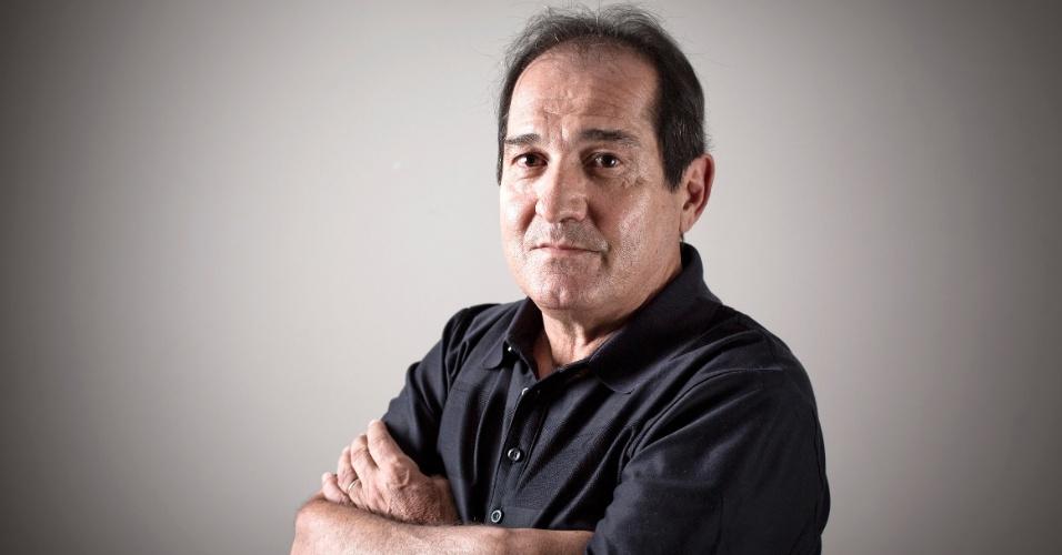 17.jul.2013 - Muricy Ramalho posa para o UOL Esporte após entrevista no prédio onde mora, em São Paulo