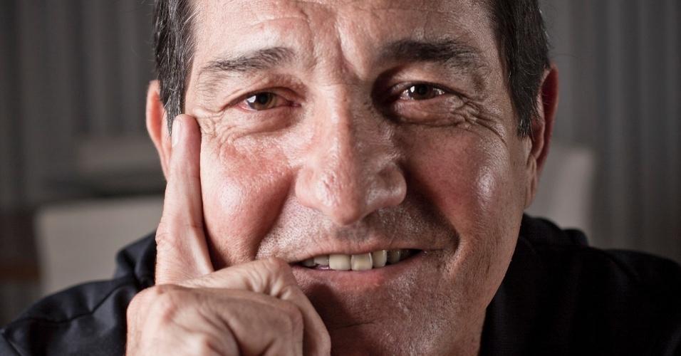 17.jul.2013 - Muricy Ramalho posa sorridente para o UOL Esporte no prédio onde mora, em São Paulo