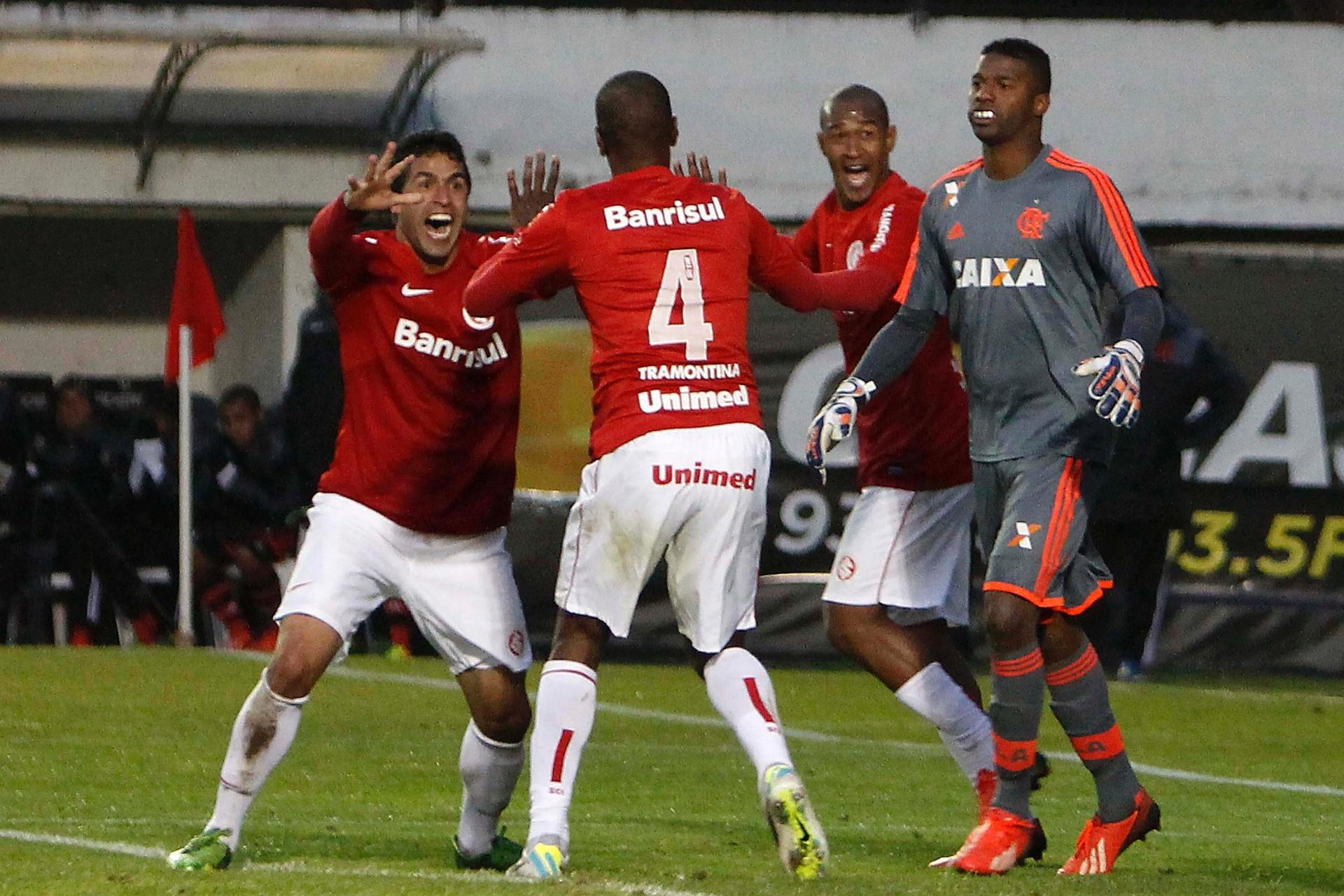 21.07.13 - Juan pede calma aos companheiros para não comemorar gol contra seu ex-clube. Gol nos acréscimos deu a vitória do Inter sobre o Flamengo