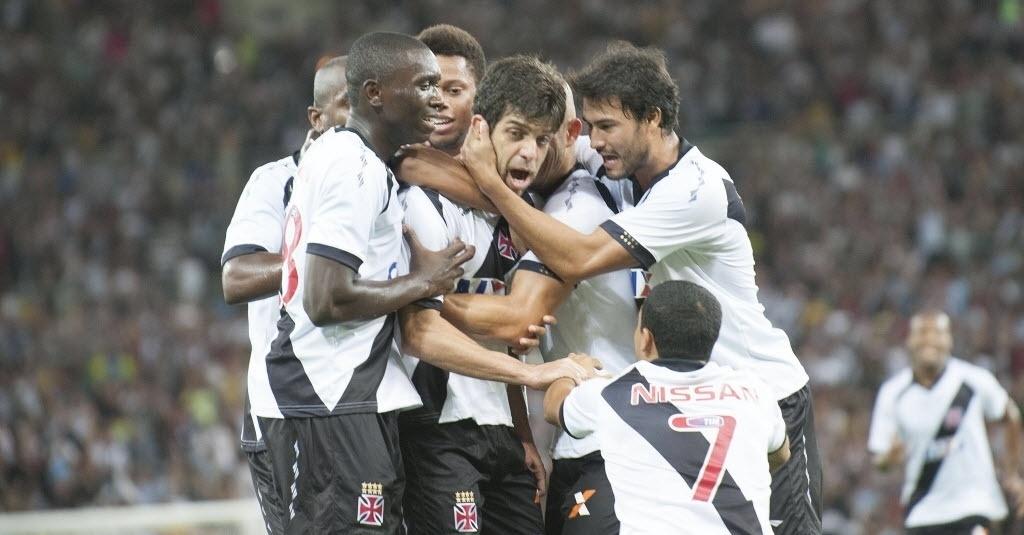 21.07.13 - Juninho Pernambucano comemora gol do Vasco com companheiros no duelo contra o Fluminense