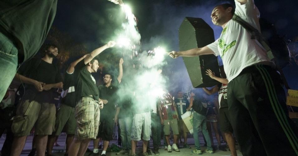 21.07.13 - Manifestantes fazem velório do Maracanã nos arredores do estádio antes da partida entre Vasco e Fluminense