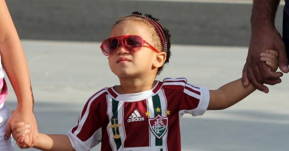 21.07.13 - Torcedora mirim trajado com o uniforme do Fluminense para o clássico contra o Vasco