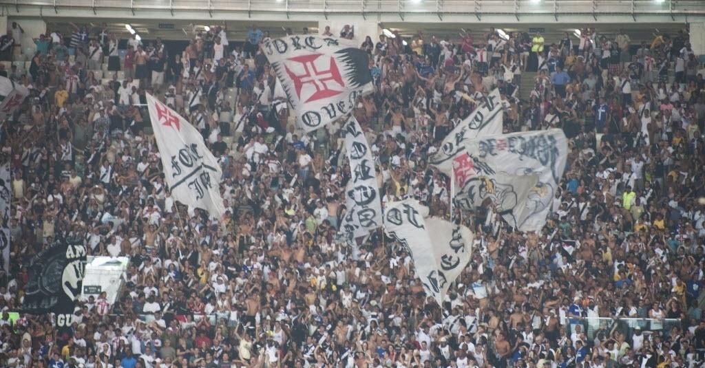 21.07.13 - Torcida do Vasco faz a festa no Maracanã após vitória por 3 a 1 contra o Fluminense
