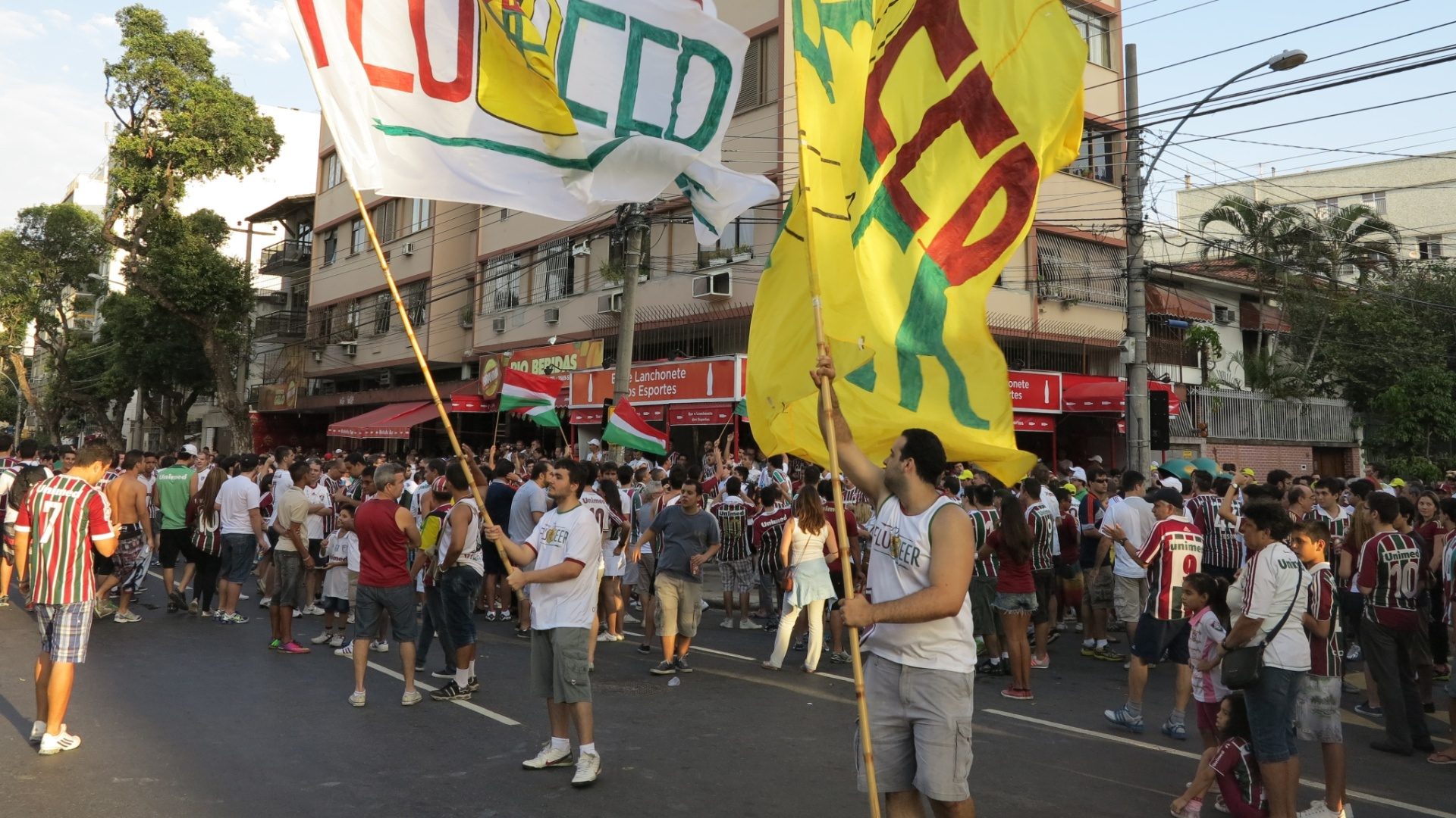 21.07.2013 - Manifestantes protestam e 'enterram' Maracanã na prévia de Flu x Vasco