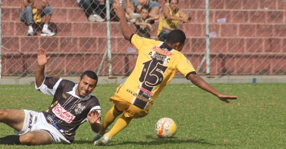 Lance de Ajax, da Vila Rica (de amarelo) e SDX, da Cidade Tiradentes, pela Copa Kaiser. Duelo terminou 1 a 1