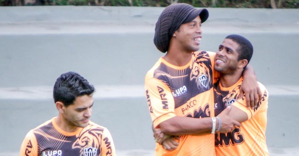 Ronaldinho Gaúcho e Junior César durante treino do Atlético-MG na Cidade do Galo (19/7/2013)