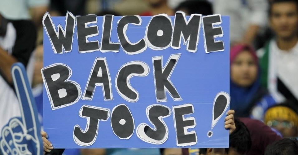 Torcedora na Malásia deseja bom retorno ao técnico do Chelsea, José Mourinho
