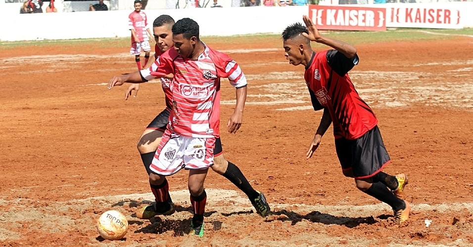 União (vermelho e preto) bateu o Pé na Lama (vermelho e branco) por 2 a 1