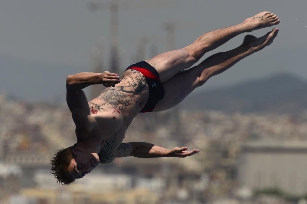 22.jul.2013 - Matthieu Rosset gira no ar durante prova de saltos ornamentais e suas tatuagens se destacam
