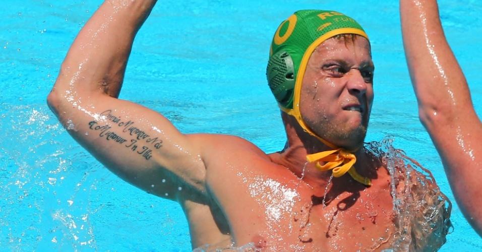 22.jul.2013 - O sul-africano Pierre le Roux mostra tatuagem no braço ao tentar lance na partida contra o Canadá no pólo aquático