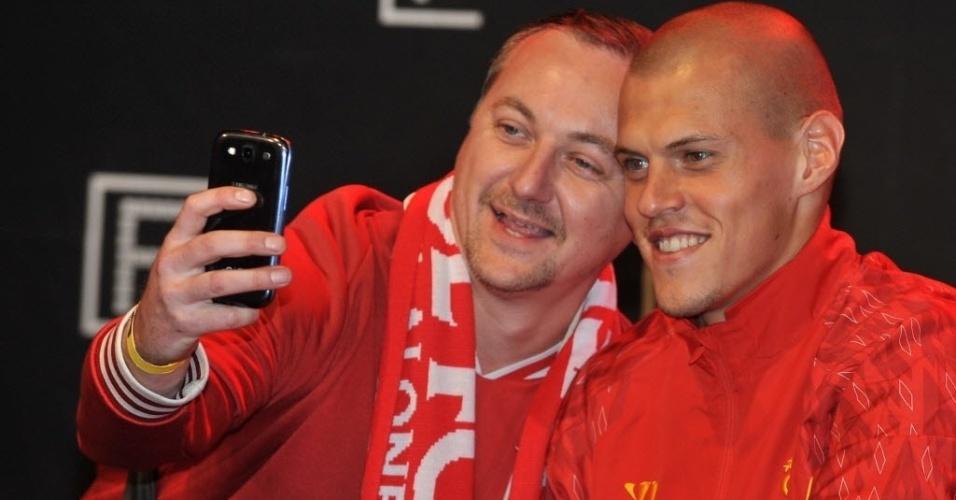22.Jun.2013 - No entanto, os adeptos do Liverpool não se contentaram apenas com fotos