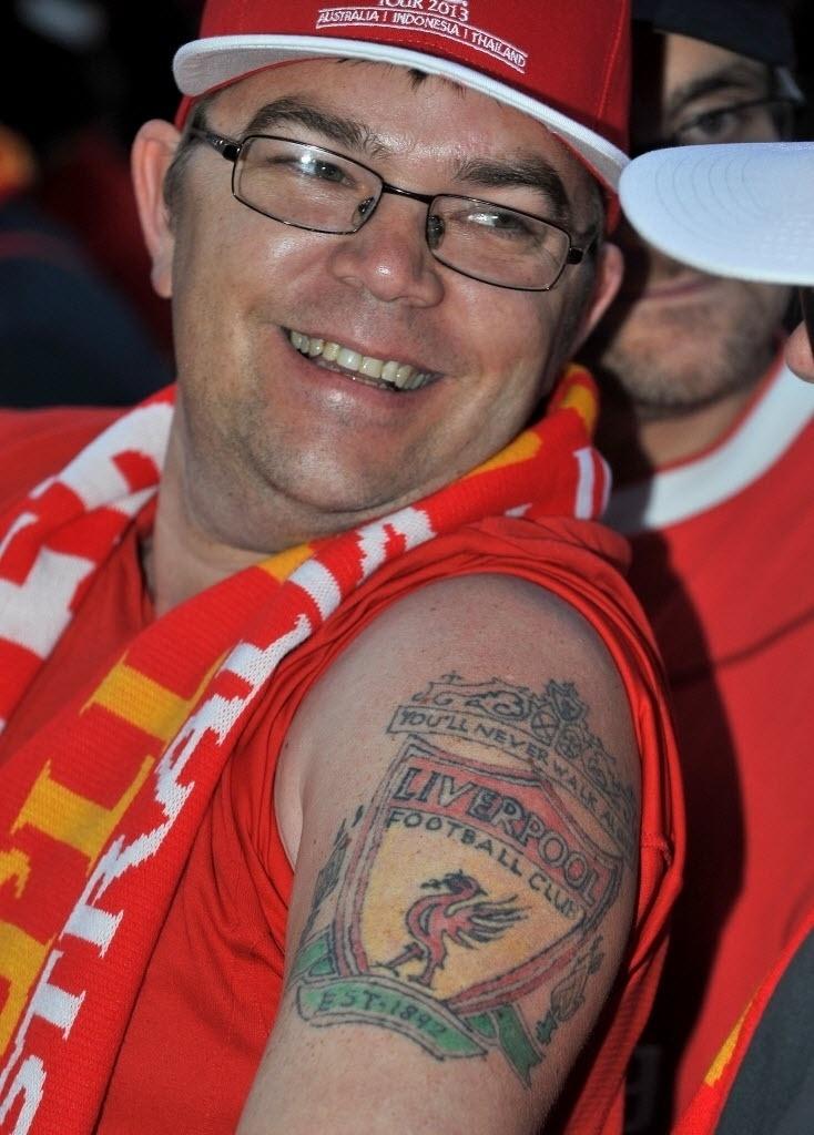 22.Jun.2013 - Torcedores mostraram tatuagens de amor pelo Liverpool em evento do clube na Austrália