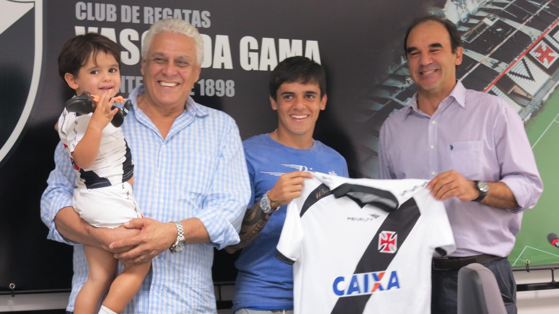 Fagner sorri em sua apresentação no Vasco ao lado do filho, Roberto Dinamite e Ricardo Gomes (22/07/2013)