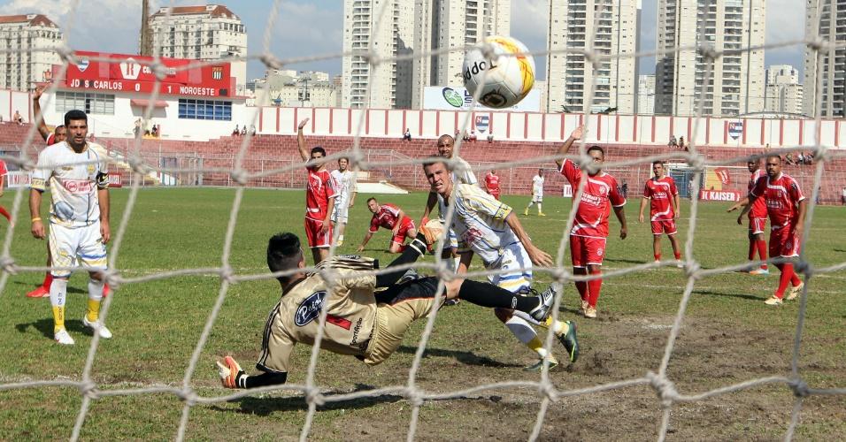Jardim São Carlos (branco) empatou por 1 a 1 com o Noroeste (vermelho). No lance, um gol impedido do Jardim São Carlos
