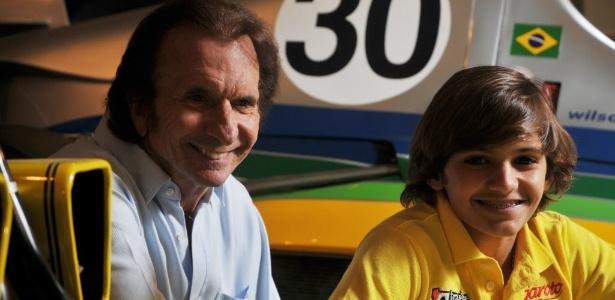 Pietro Fittipaldi (direita) posa ao lado do avô, o bicampeão mundial de F-1 Emerson Fittipaldi