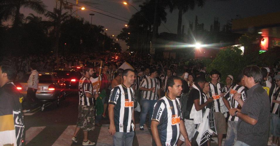 24 jul 2013 - Cambistas aproveitam o movimento de chegada de torcedores ao Mineirão para tentar a venda de ingressos a preços pelo menos 50% acima do valor de bilheteria