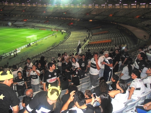 24 jul 2013 - Torcedores do Olimpia demonstram entusiasmo e cantam música inspirada em sucesso da Xuxa