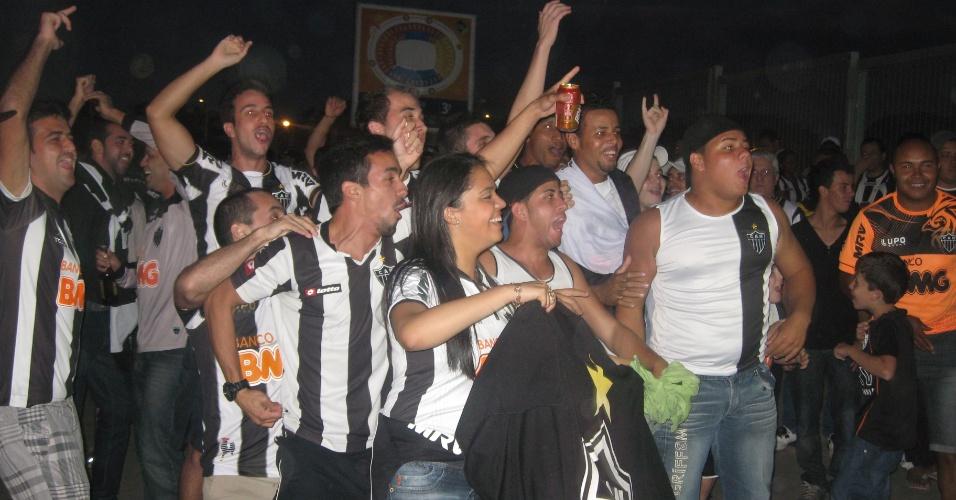 24 jul 2013 - Torcida do Atlético-MG chega ao Mineirão demonstrando entusiasmo para o jogo com o Olimpia, na final da Libertadores