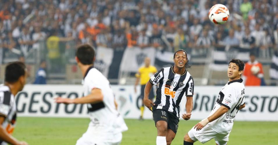 24.07.2013 - Ronaldinho Gaúcho tenta o lançamento pelo alto