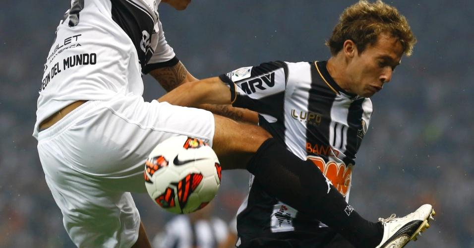 24.07.2013 - Bernard sofre com a marcação pesada do Olimpia no primeiro tempo da final