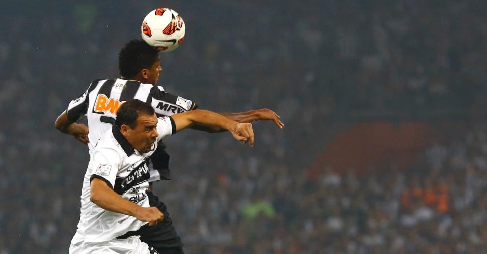 24.07.2013 - Jô e Manzur disputam a bola pelo alto na final da Libertadores