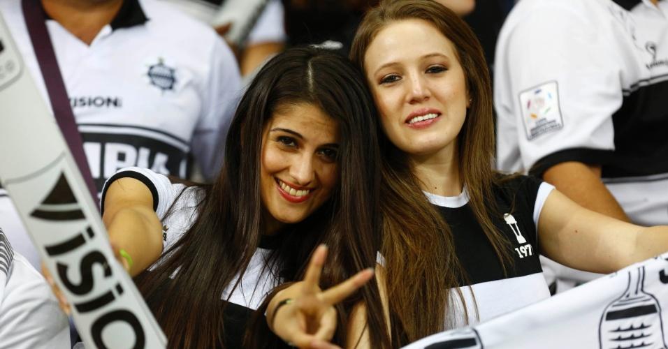 24.07.2013 - Torcedoras do Atlético-MG aguardam o início da partida contra o Olimpia