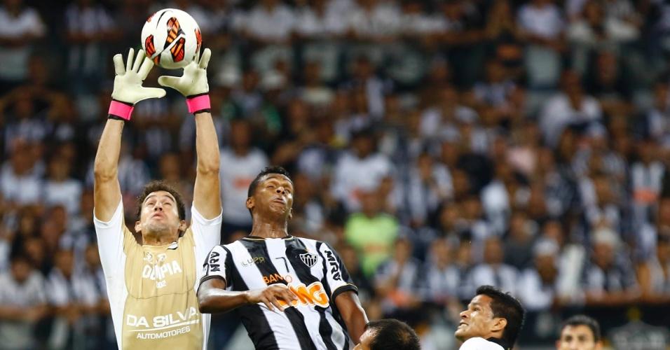 24.07.2013 - Goleiro Martin Silva sobe mais do que Jô e fica com a bola no alto