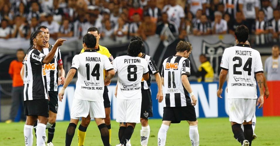 24.07.2013 - Irritado, Ronaldinho Gaúcho aponta o dedo no rosto de Aranda