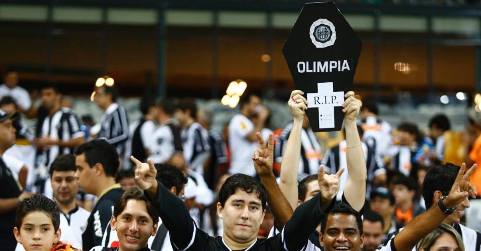 24.07.2013 - Atleticanos levam caixão do Olimpia para a final da Libertadores no Mineirão