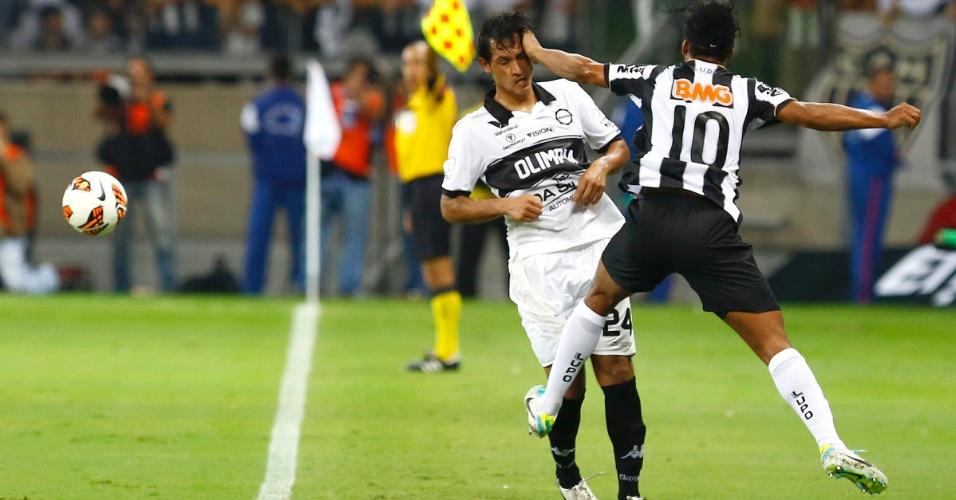 24.07.2013 - Ronaldinho Gaúcho acerta o rosto de rival durante o primeiro tempo da final da Libertadores