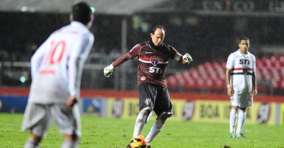 24.jul.2013 - Rogério Ceni cobra falta para o São Paulo durante a derrota por 1 a 0 para o Internacional, no Morumbi, pelo Brasileirão