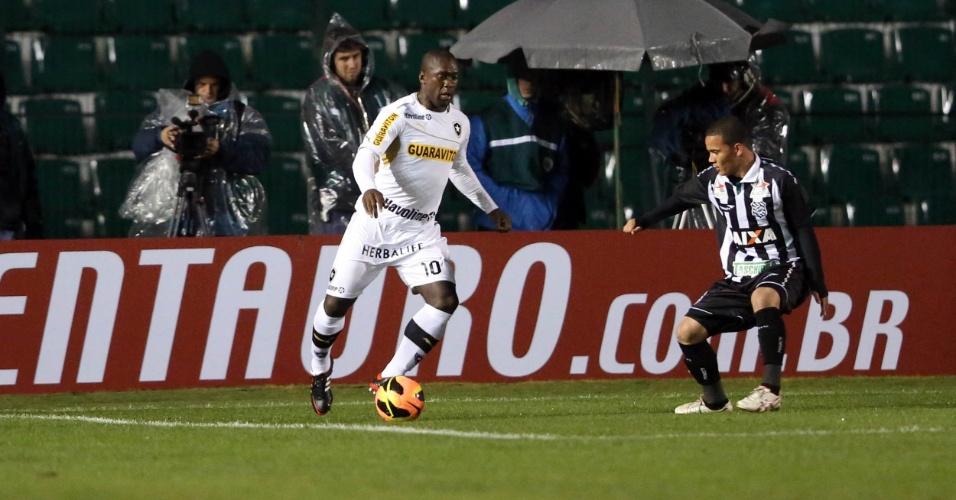 24.jul.2013 - Seedorf, meia do Botafogo, cruza a bola na área durante a partida contra o Figueirense, em jogo da Copa do Brasil