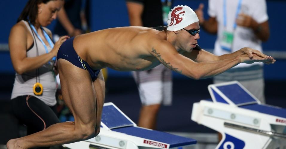 24.jul.2013 - Thiago Pereira salta na piscina durante treino no Palau Sant Jordi, palco das provas de natação do Mundial de Barcelona