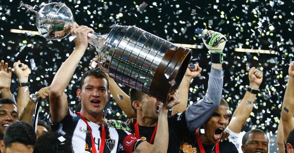 24.07.2013 - Jogadores do Atlético-MG erguem a taça e celebram a conquista da LIbertadores