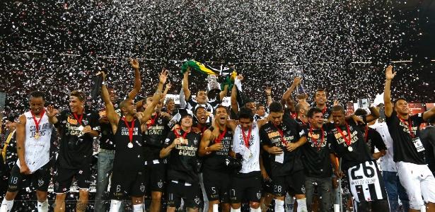 Jogadores do Atlético-MG erguem a taça e celebram a conquista da LIbertadores