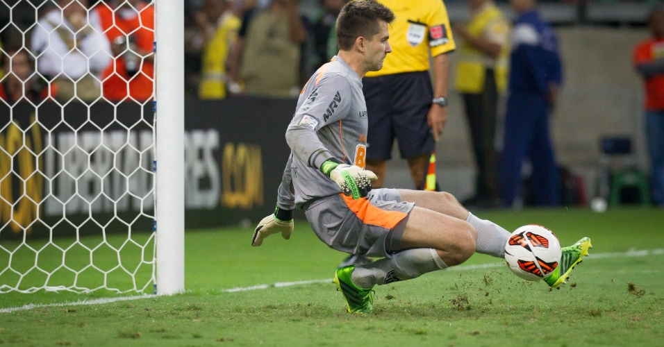 24.07.2013 - Heroi do título da Libertadores, Victor defende o primeiro pênalti da decisão