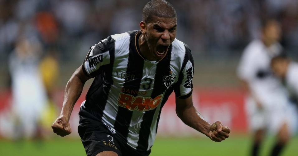 24.07.2013 - Leonardo Silva sai para comemorar o gol que levou a final da Libertadores para a prorrogação