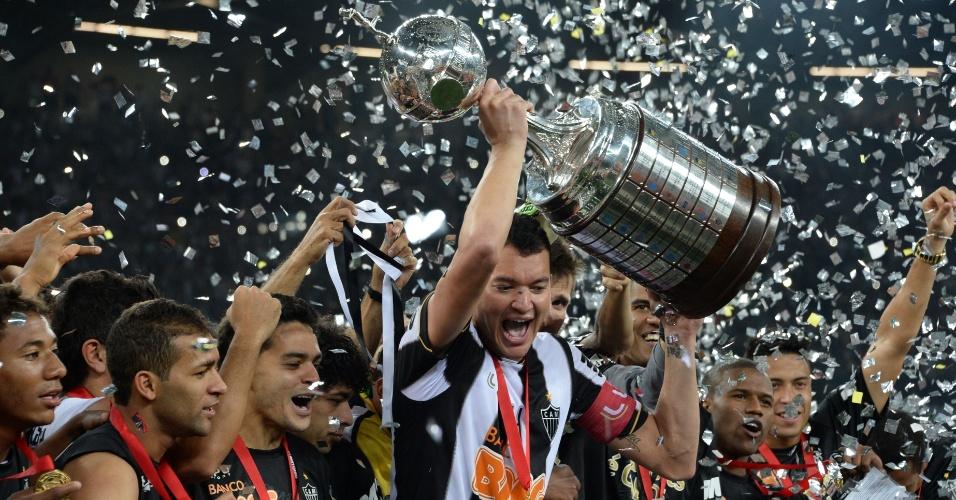 24.07.2013 - Réver ergue a taça de campeão inédito da Libertadores para o Atlético-MG