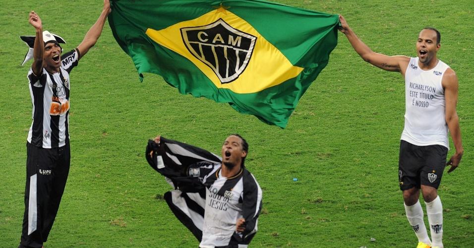 24.07.2013 - Richarlyson, Alecsandro e Rosinei comemoram com bandeira personalizada o título do Atlético-MG na Libertadores