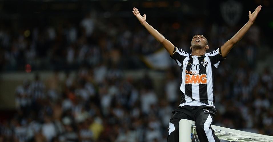 24.07.2013 - Richarlyson, fora da final por suspensão, sobe na trave para comemorar título inédito do Atlético-MG