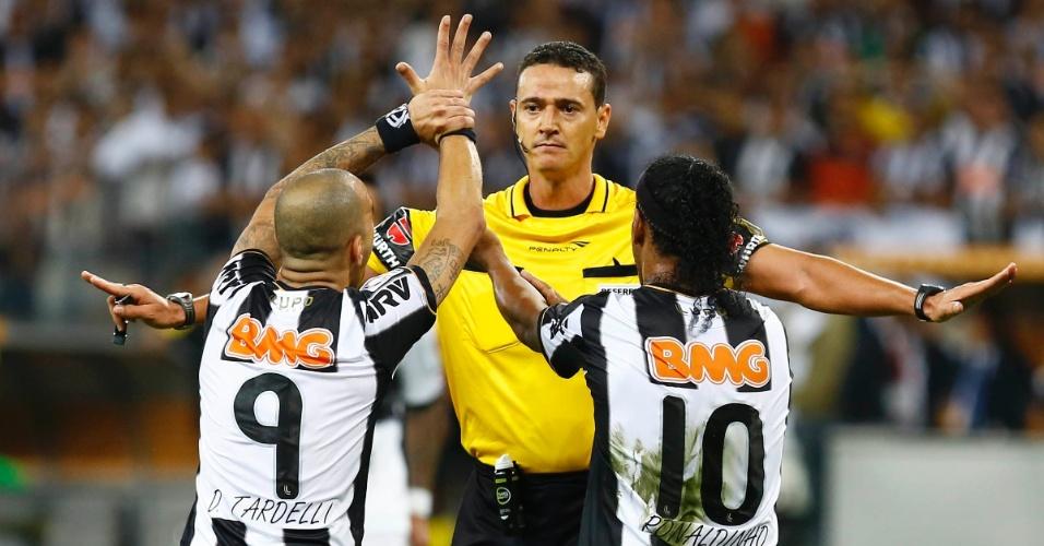 24.07.2013 - Ronaldinho Gaúcho e Diego Tardelli reclamam de pênalti com o árbitro da partida