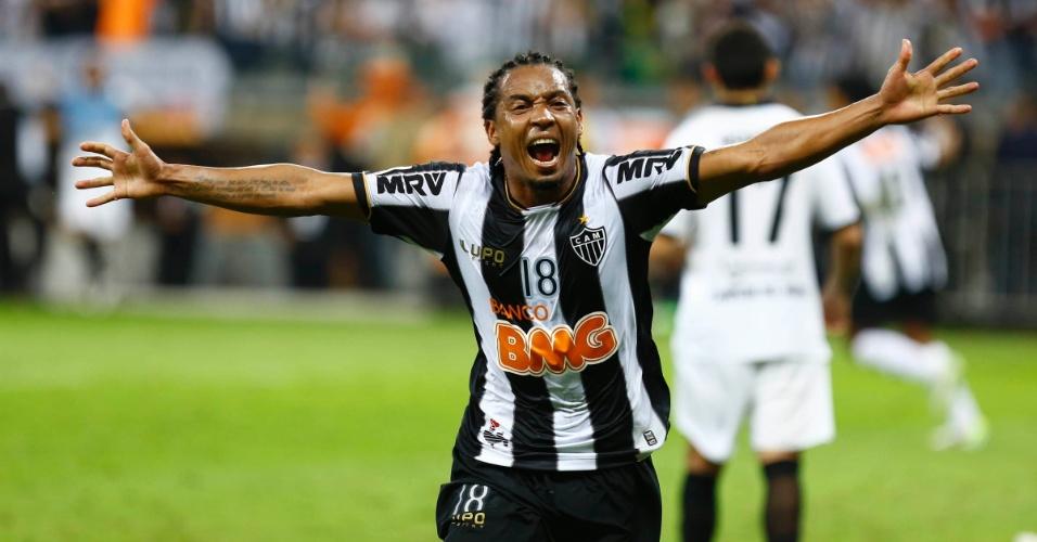 24.07.2013 - Rosinei sai para comemorar segundo gol do Atlético-MG