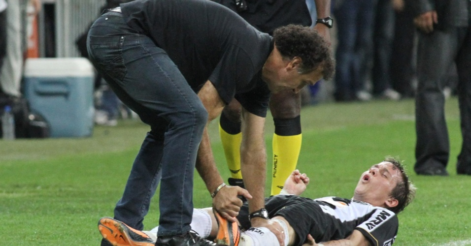 24.07.2013 - Técnico Cuca mexe na perna de Bernard, que teve que sair lesionado no final da partida
