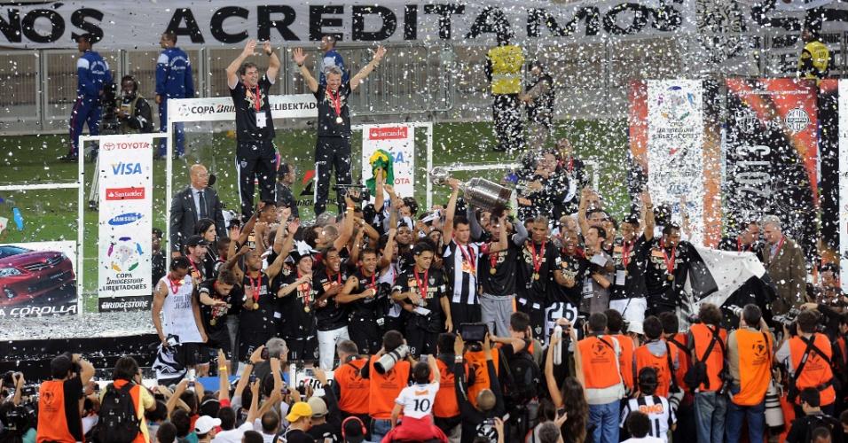 24.07.2013 - Zagueiro e capitão Réver ergue a taça do título do Atlético-MG na Libertadores