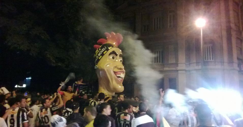 25 jul 2013 - Carro alegórico com o rosto de Ronaldinho Gaúcho fez sucesso na comemoração do título na Praça Sete