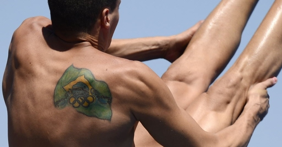 25.jul.2013 - Bandeira estilizada do Brasil é vista nas costas de Cesar castro durante prova de trampolim nos saltos ornamentais